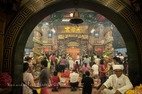 One of three arched entrances leading to the main prayer hall. It was a hive of activity therein as devotees pray, consult the gods, ask for lucky numbers (number betting), etc. There is also a queue at the far end where devotees queue for their turn to pray and offer their respects to the Nine Emperor Gods which is stationed in an area behind the golden curtain. The bell is tolled each time a devotee offers a donation. Thankfully, its a lot less smoky in the main prayer hall as there is an efficient ventilation system installed to expel the incense smoke through the ceiling.